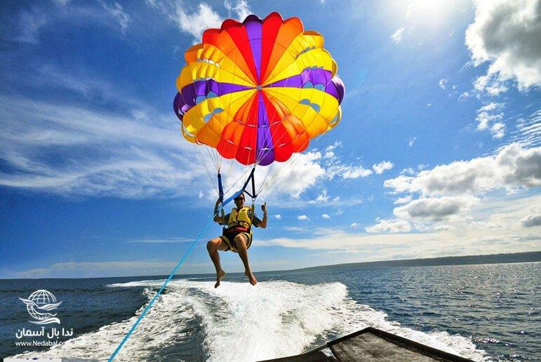 چتر پاراسل از جذاب ترین تفریحات جزیره کیش